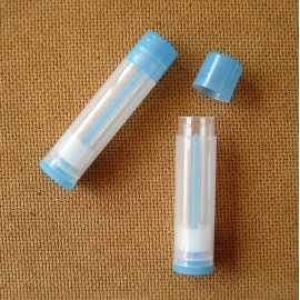Vysouvací tuba na balzám na rty - transparentní modrá